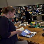 Kutsekoolituse õppurid tutvusid Eesti Pimedate Raamatukogu puuteraamatutega